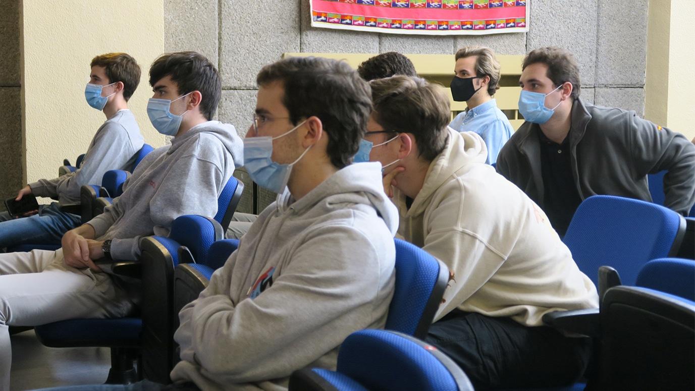 Estudiantes atentos a una presentación