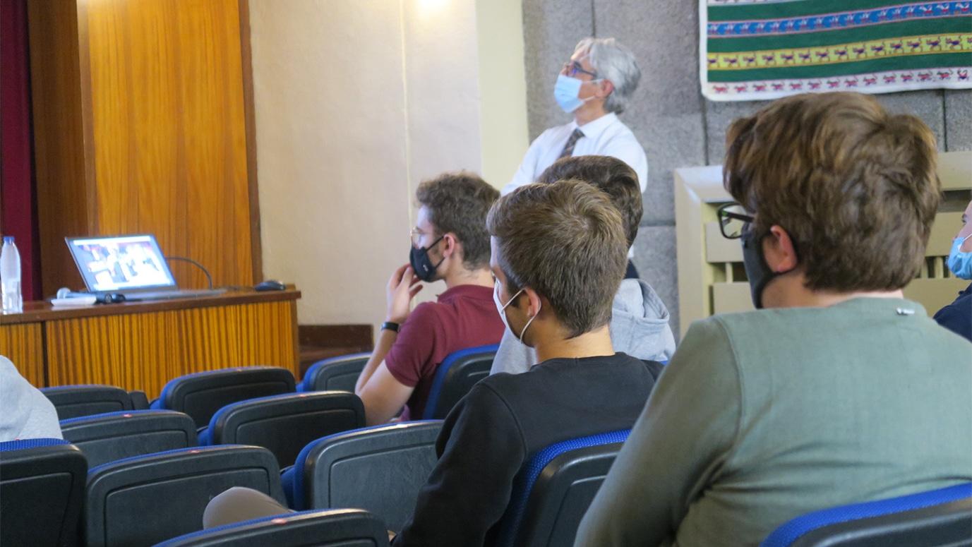 Estudiantes y profesor mirando una presentación