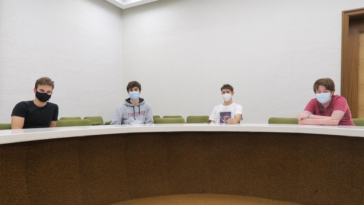 Estudiantes en la sala redonda