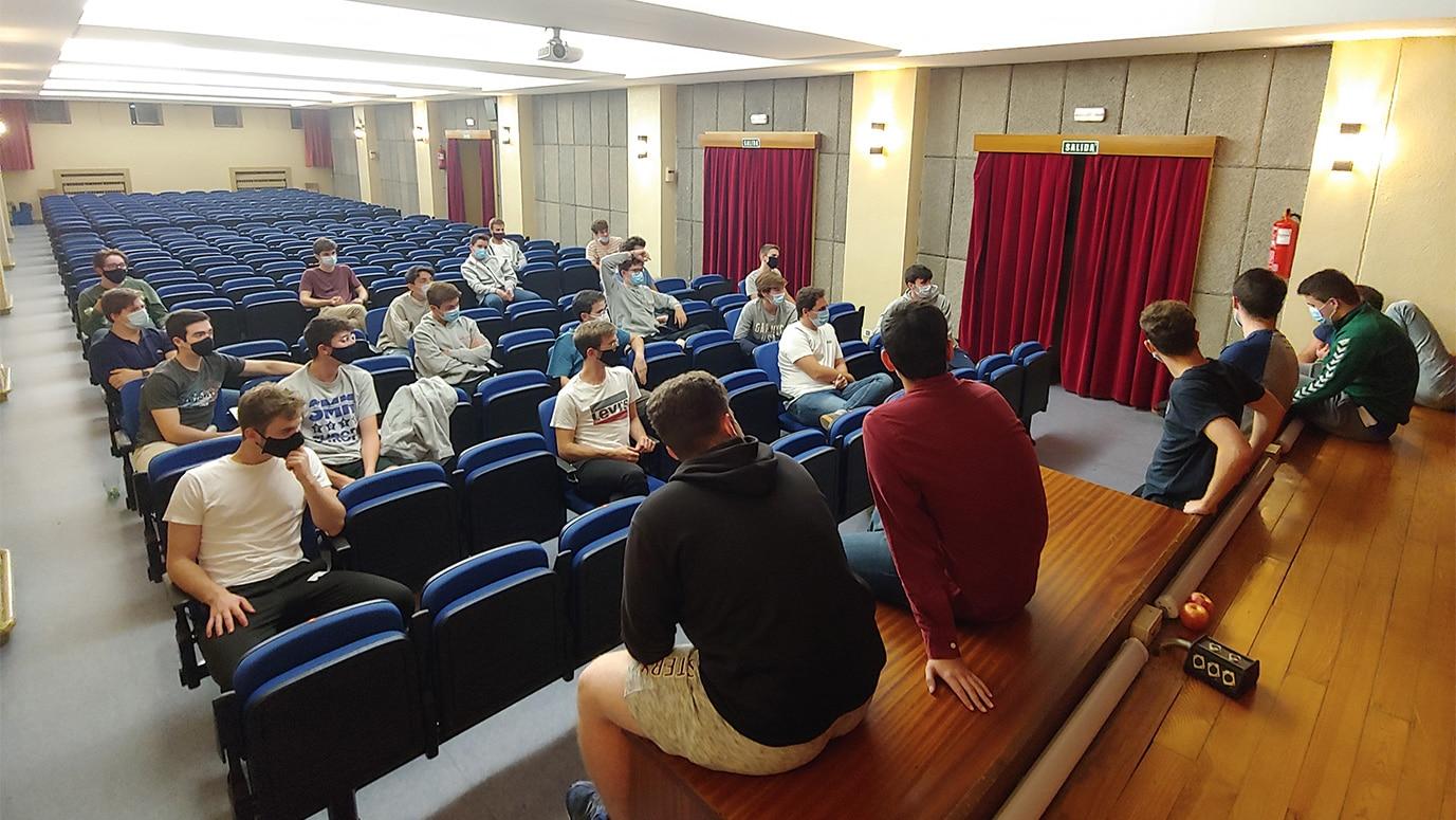 Estudiantes de Medicina reunidos en el Salón de Actos