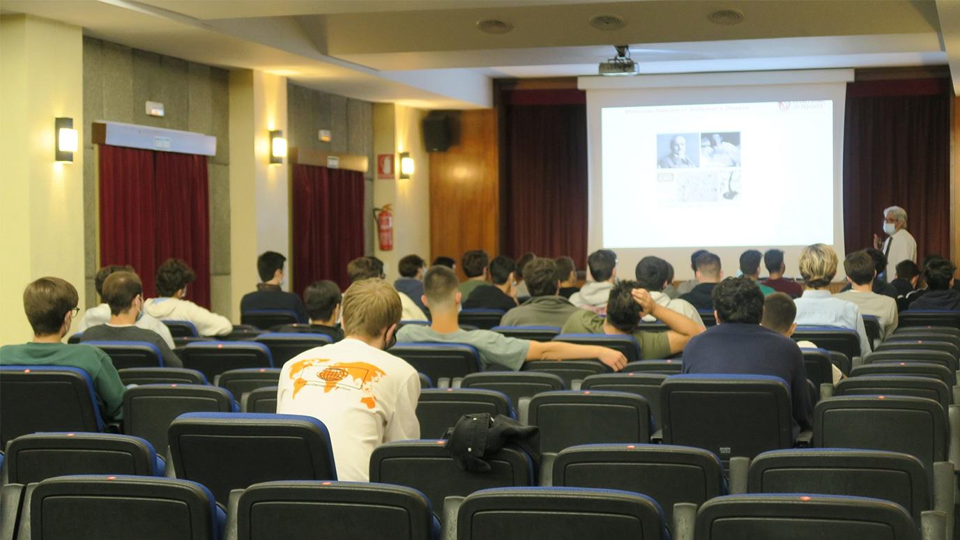 Colegiales en el Salón de Actos asisten a una charla con el Doctor Pérez-Mediavilla