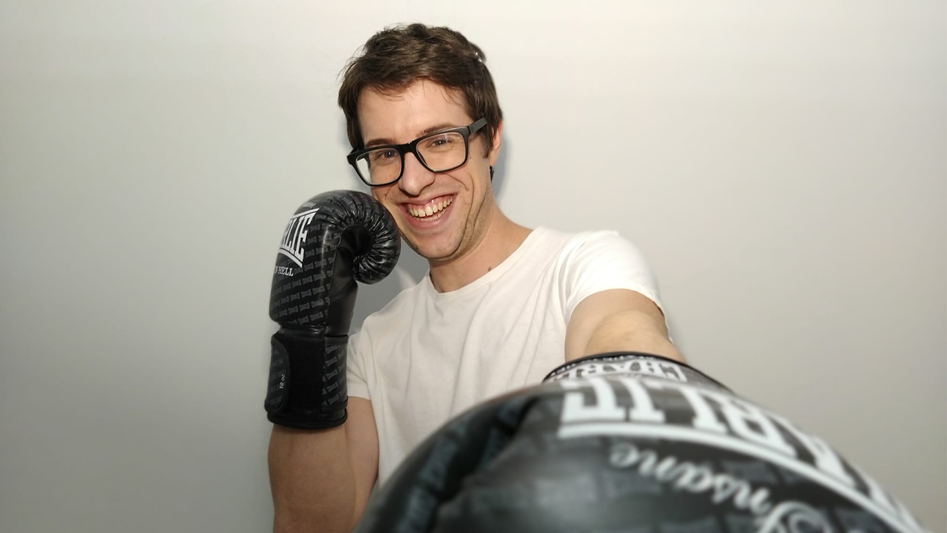 Joven con guantes de boxeo