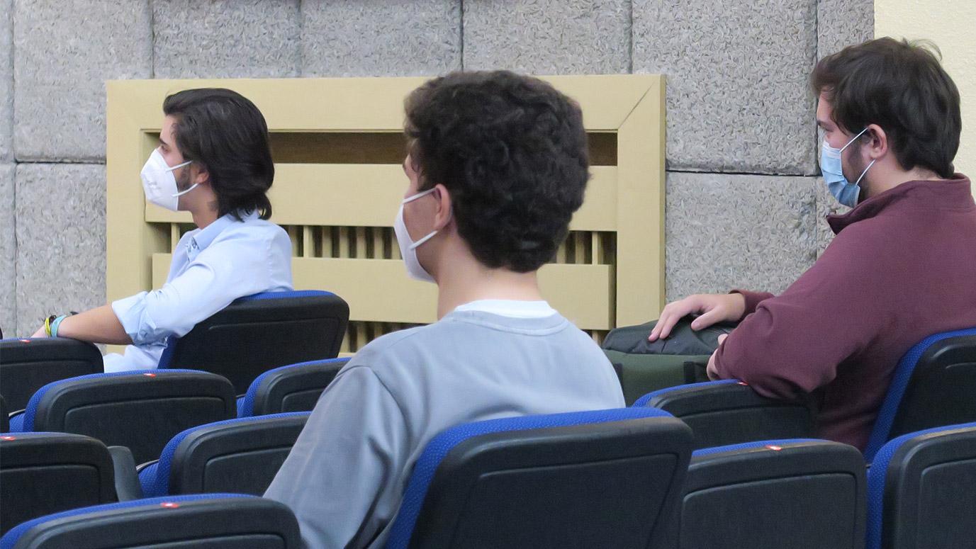 Estudiantes atendiendo en una charla