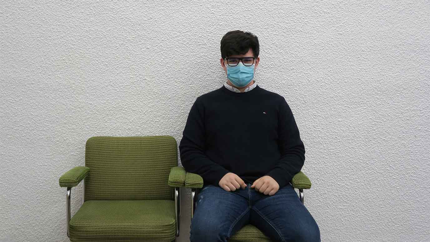 Estudiante con mascarilla sentado