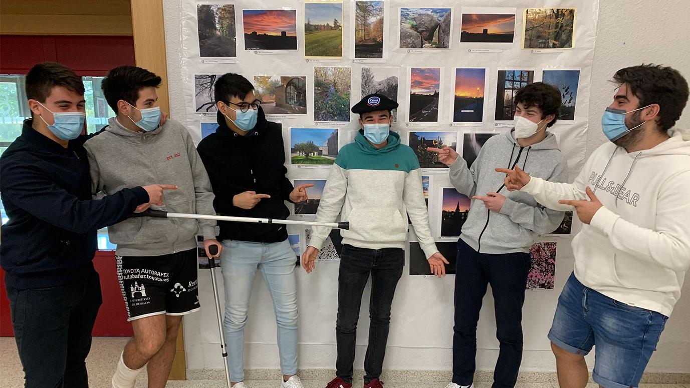 Jóvenes señalan al estudiante ganador del concurso de fotografía