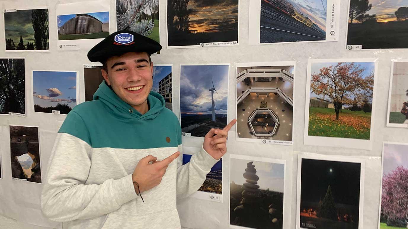 estudiante señala una fotografía