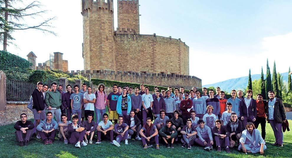 estudiantes en frente del castillo de Javier