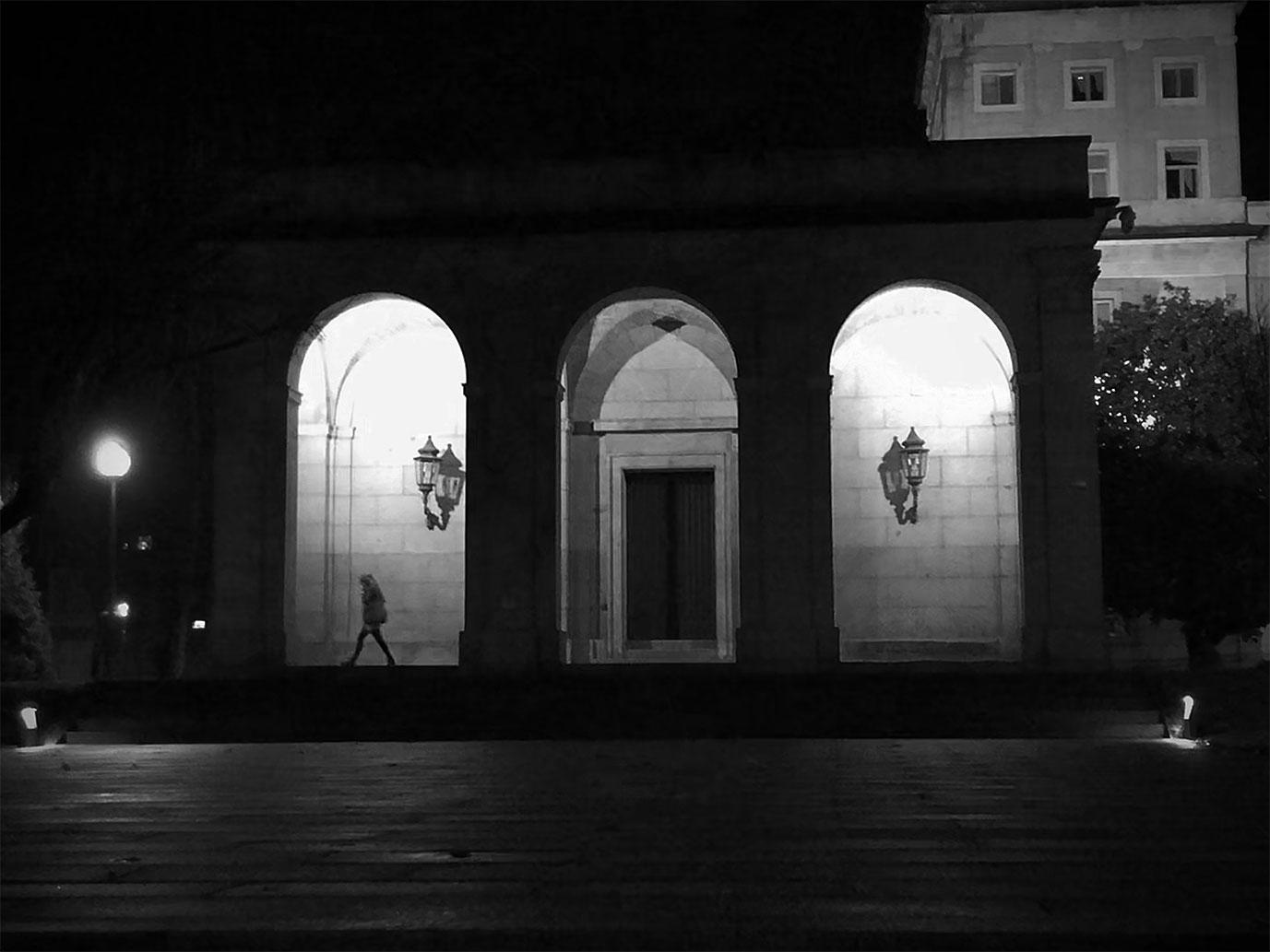 foto en blanco y negro del edificio central de la universidad de navarra