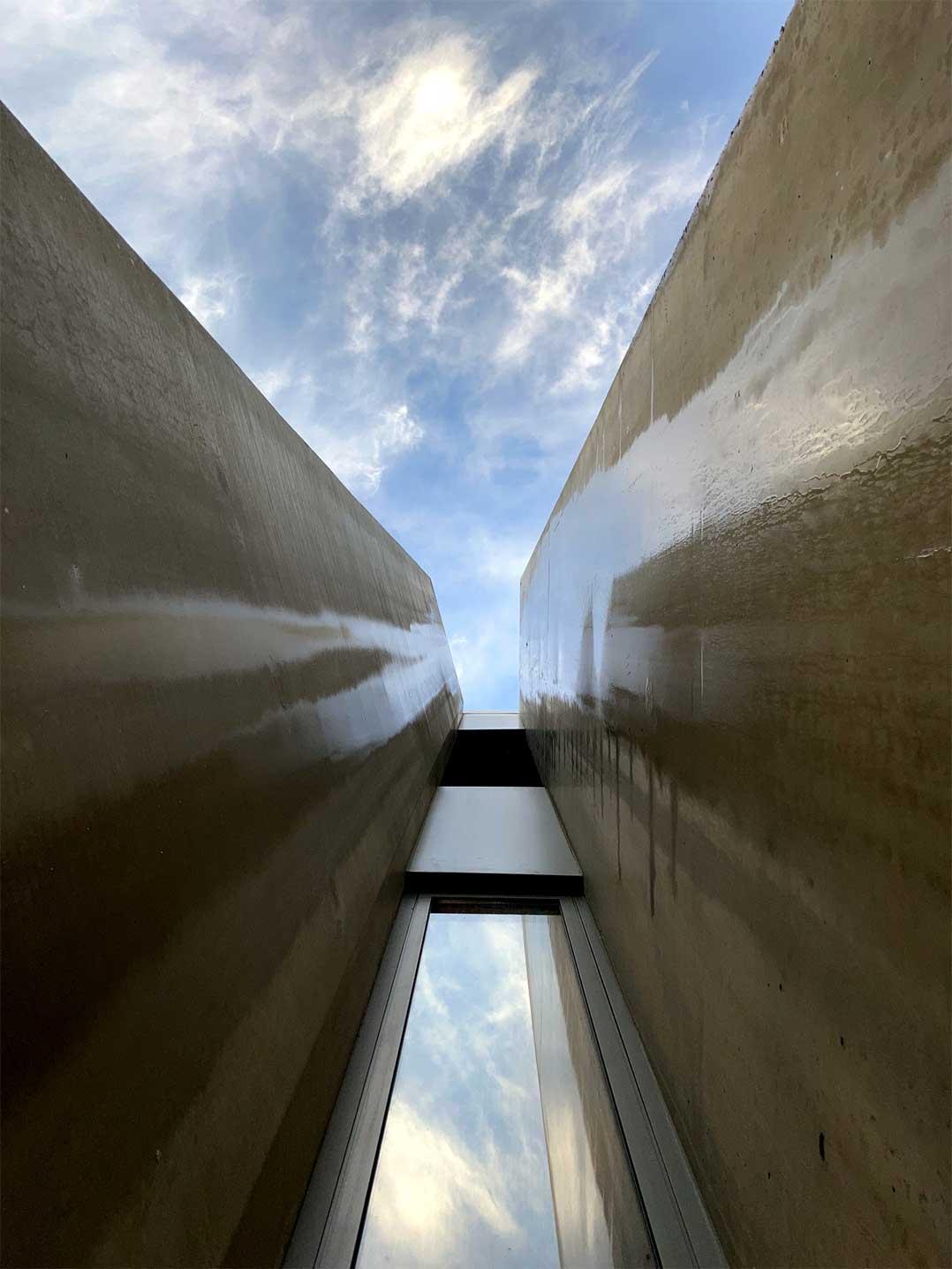 pared de un edificio que se alza hasta el cielo