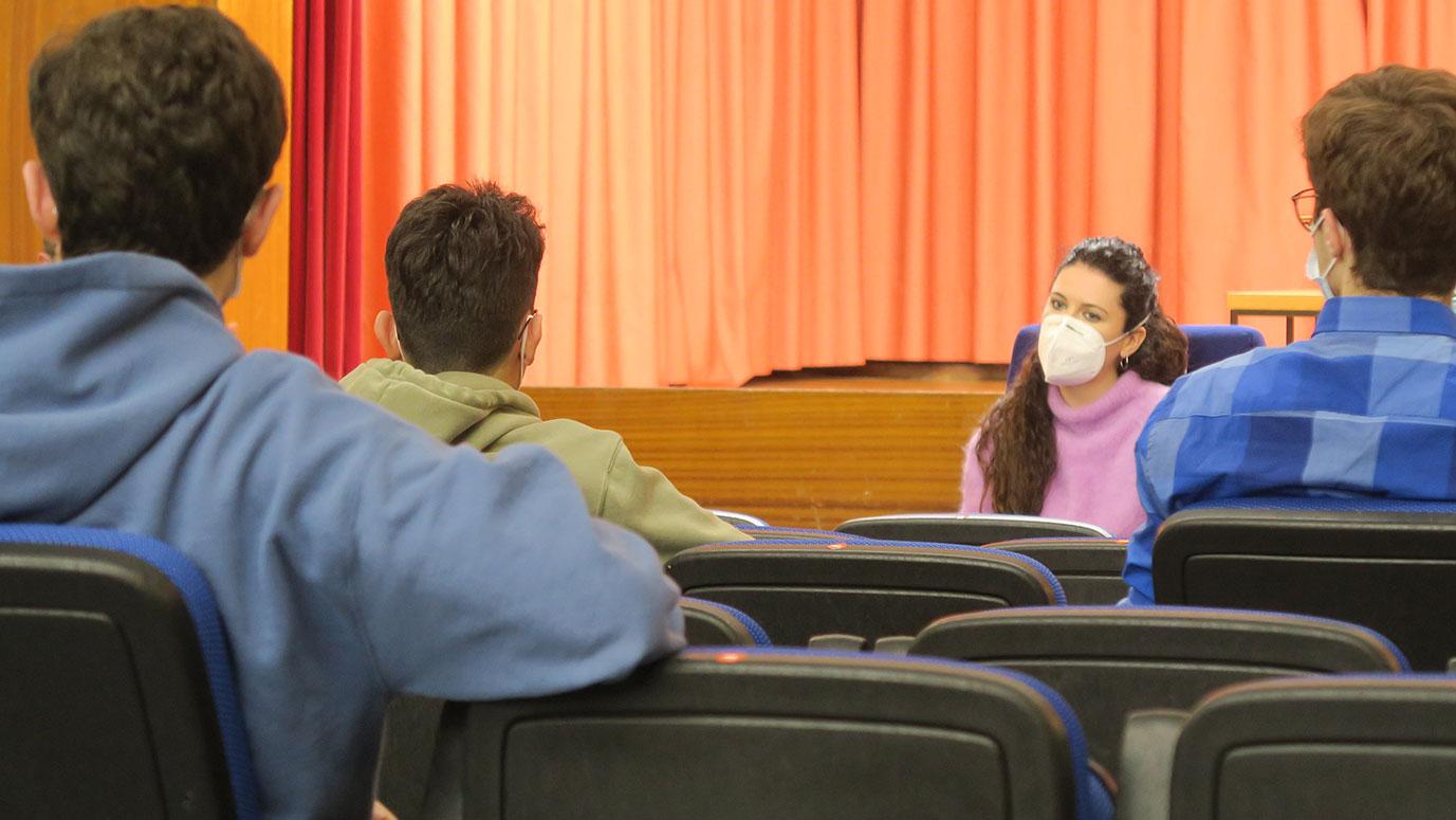 doctora hablando a estudiantes