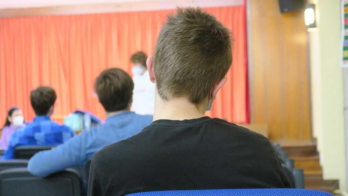estudiante escucha charla