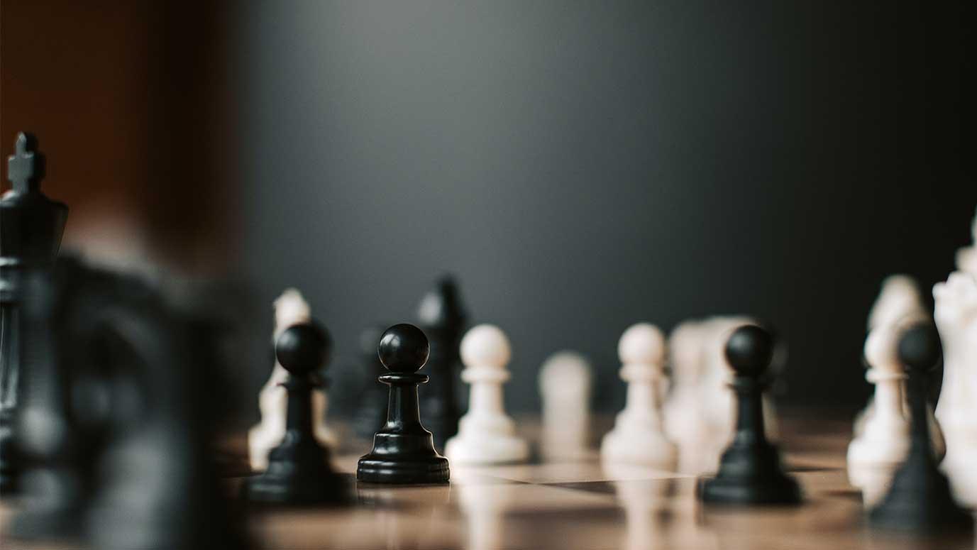 tablero de ajedrez con fichas