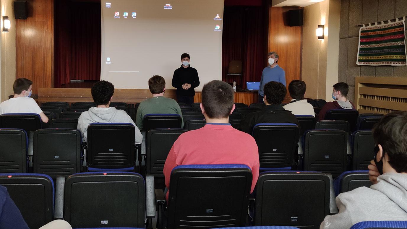 estudiantes asisten a una charla en el salón de actos