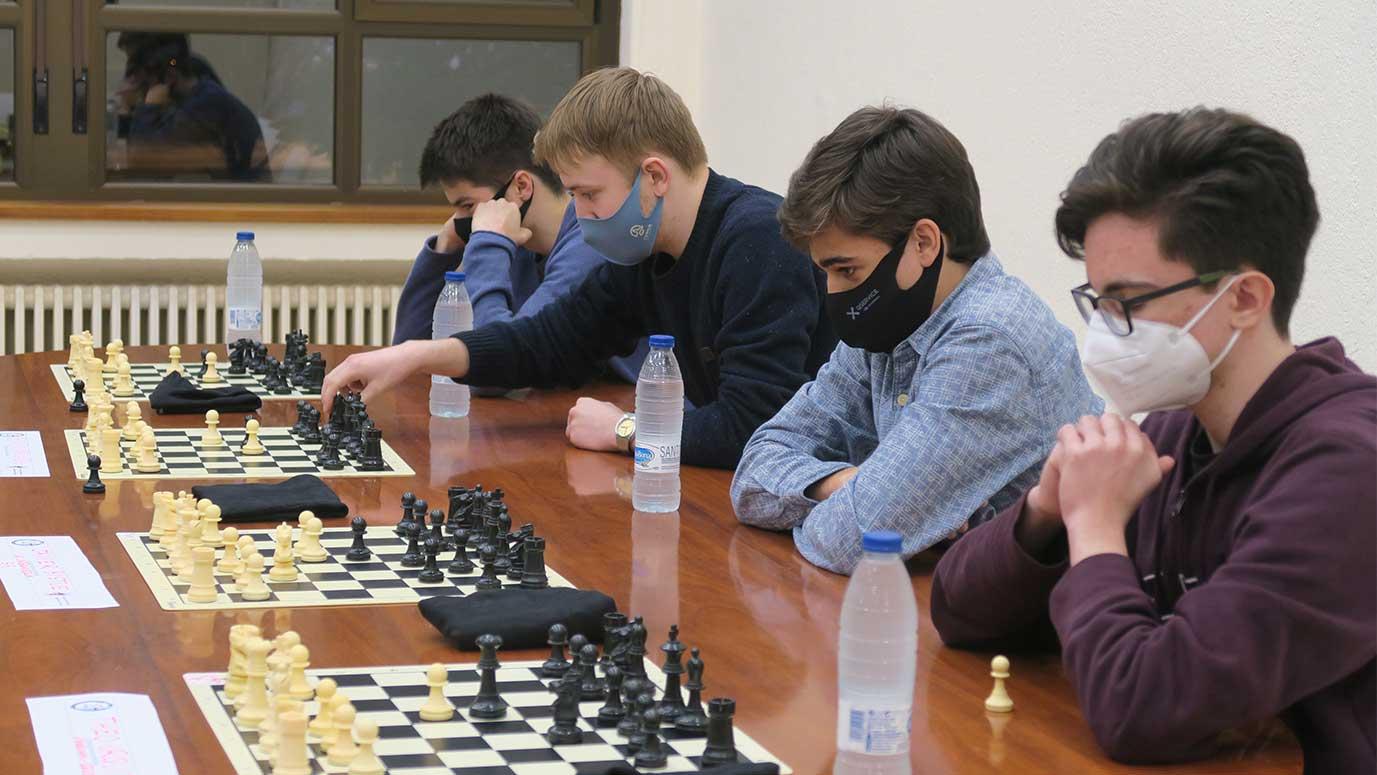 estudiantes jugando al ajedrez