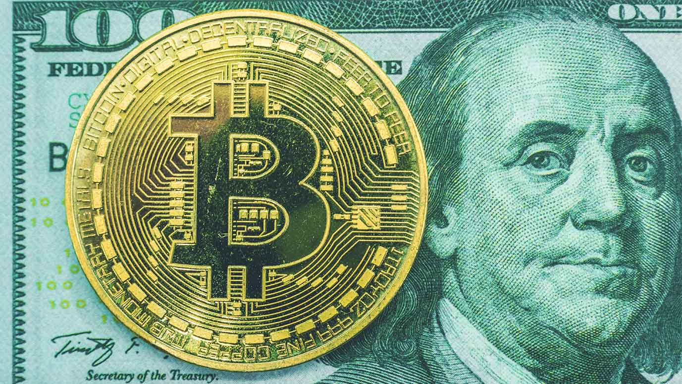 Moneda de bitcoin y un billete