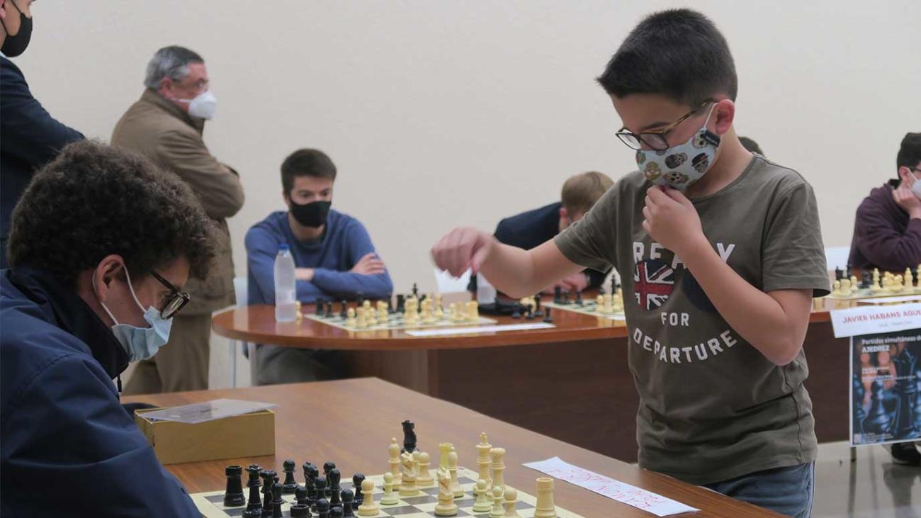 Javier Habans jugando al ajedrez