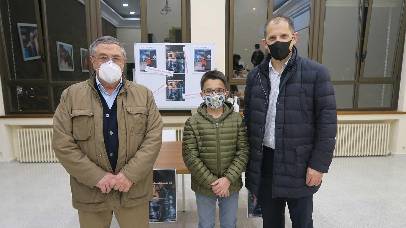 presidente de federación de ajedrez con maestro de ajedrez y su padre en el colegio mayor