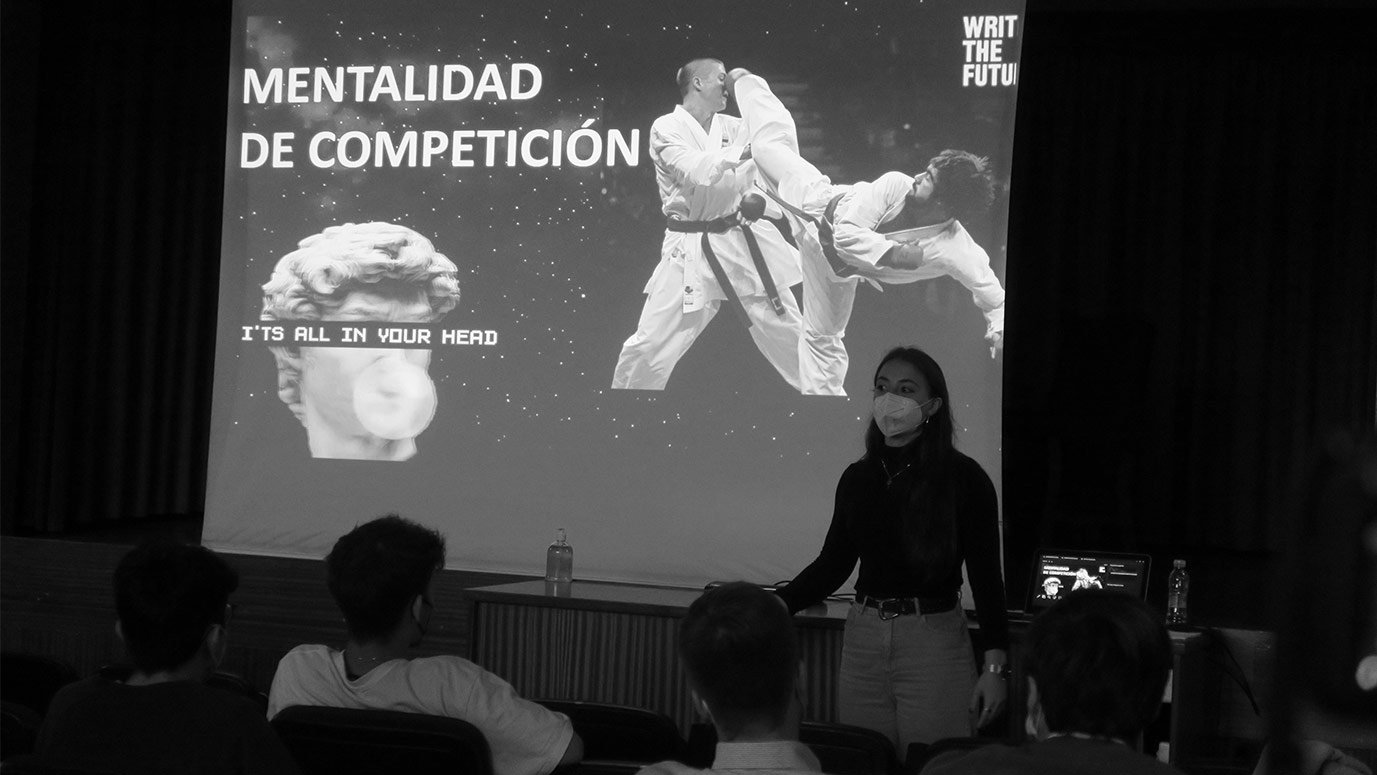estudiante dando una charla en el colegio mayor sobre la mentalidad de competición