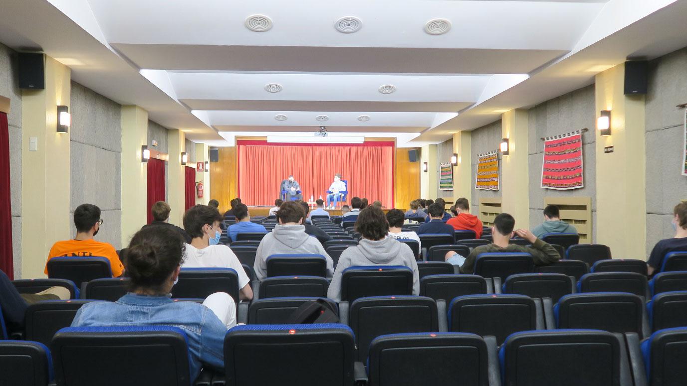 estudiantes en el salón de actos