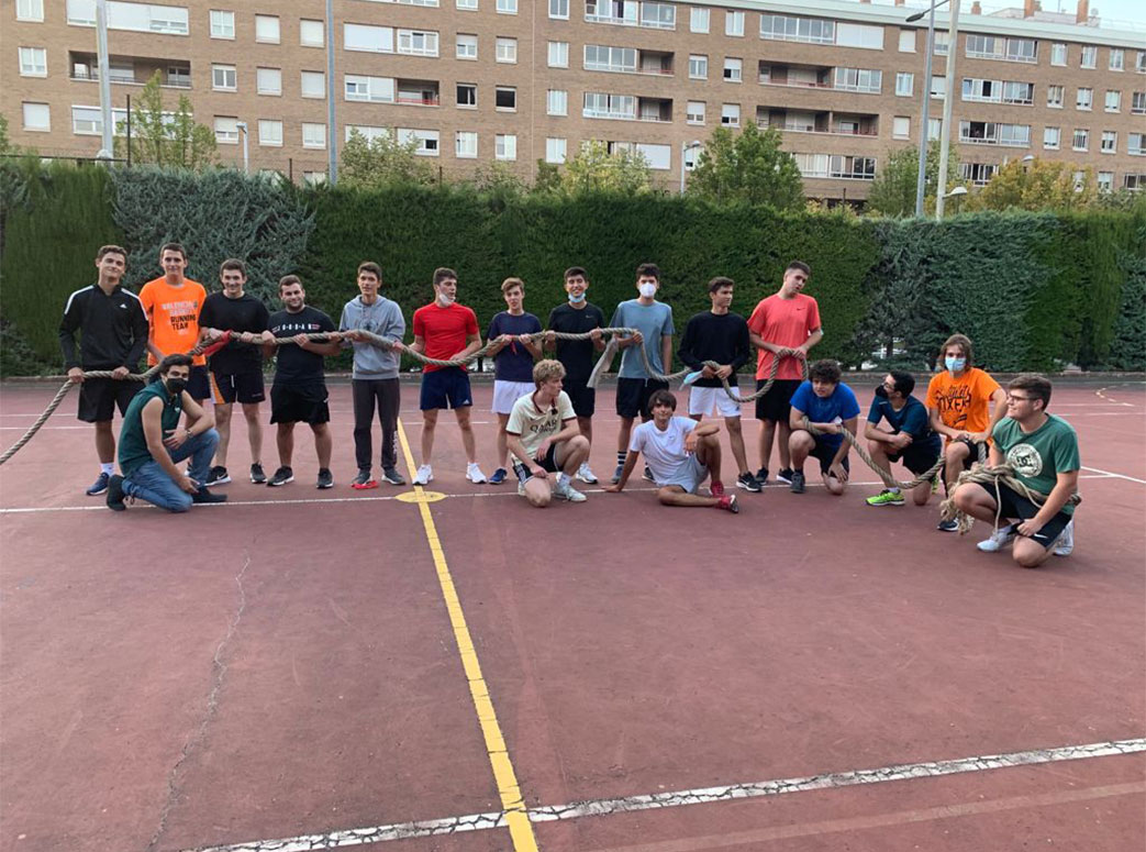 estudiantes posan con soga en instalaciones deportivas