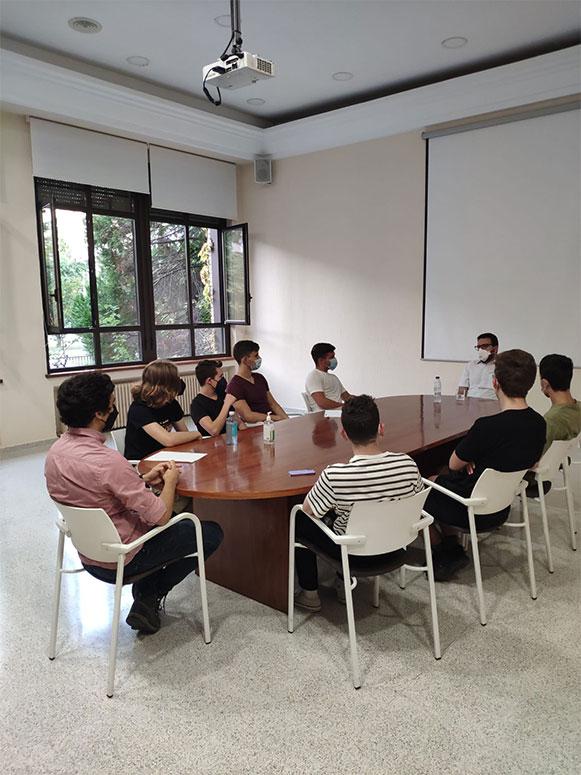 estudiantes de medicina en charla con medico en el colegio mayor