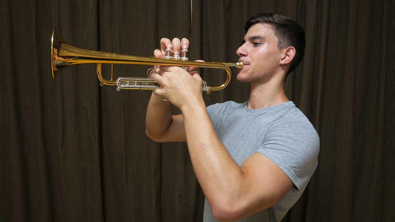 un estudiante tocando la trompeta